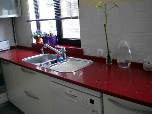 kırmızı simli parlak mutfak tezgahı